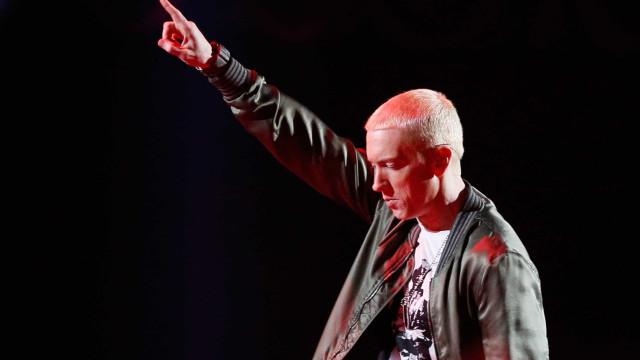Eminem revela que, após o divórcio, usou o Tinder e foi a bares de strip