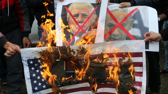 Bandeiras queimadas e protestos, as reações nas ruas à decisão de Trump
