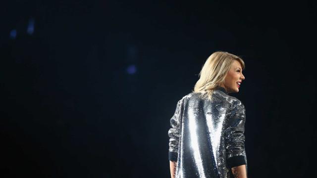 Problema técnico deixa Taylor Swift presa no ar durante concerto