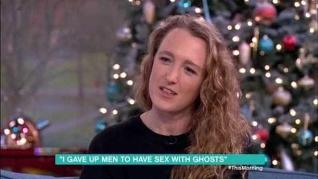 Mulher diz que tem relações com fantasmas e acredita que pode engravidar