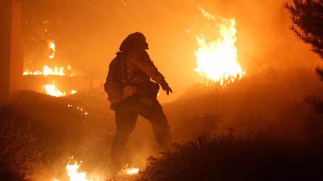 Emissão de TV em direto sobre incêndios parou para estação ser evacuada