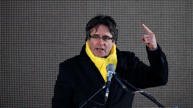 Puigdemont renuncia à liderança da Generalit catalã. Sugere Jordi Sànchez