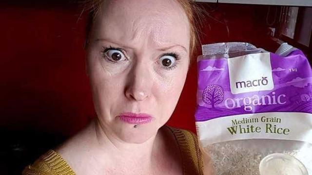 Um copo menstrual dentro de um pacote de arroz? Culpe o seu marido
