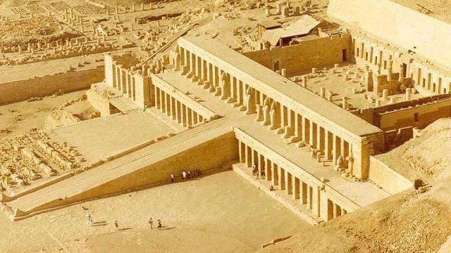 Arqueólogos descobrem sepulturas com 3500 anos no Egito
