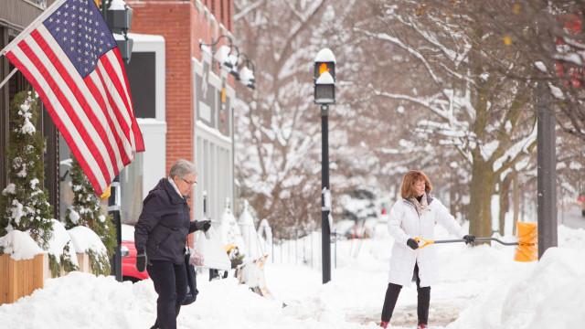 Mais de mil voos cancelados hoje nos EUA devido à neve