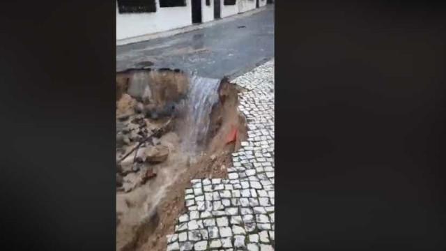 Rebentamento de conduta de água abre 'cratera' de 20 metros