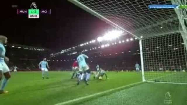 Defesa 'monstruosa' de Ederson valeu triunfo do City em Old Trafford