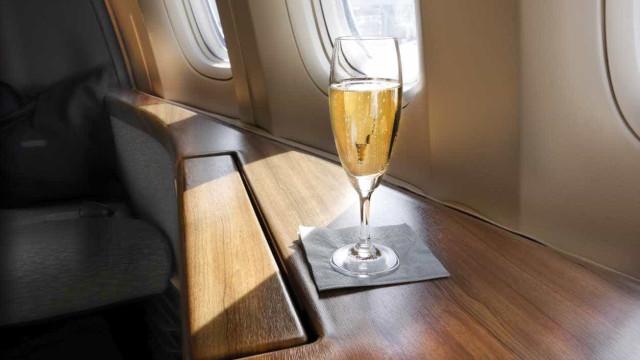 Não lhe serviram mais champanhe e zangou-se até ser expulsa do voo