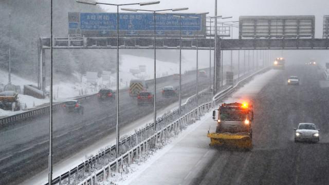 Reino Unido: Voos cancelados e interrupções nos transportes devido à neve