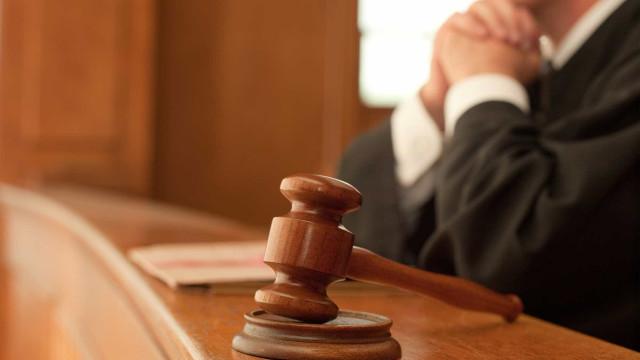 Suspeito de atropelar mulher à frente dos filhos em silêncio no Tribunal