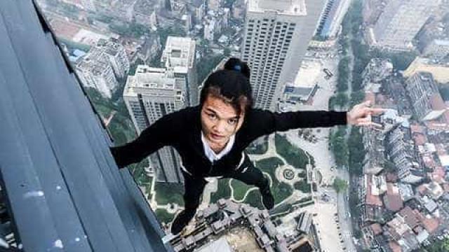 Jovem cai de arranha-céus e filma a sua queda para a morte