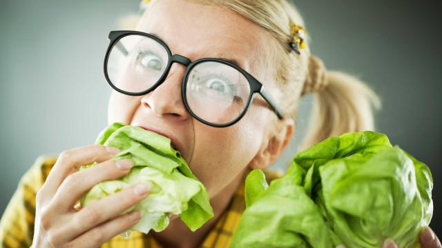 Comer em locais barulhentos atrapalha a perda de peso, diz estudo