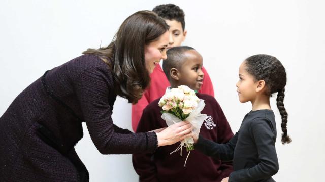 Kate Middleton distribui presentes a crianças afetadas por incêndio