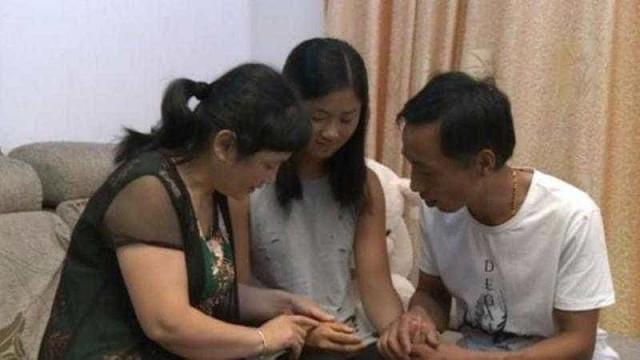 Carta escondida 20 anos leva menina adotada a conhecer pais biológicos