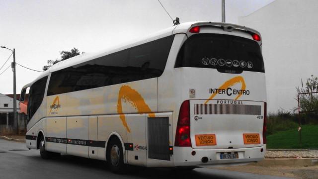 Mulher de 18 anos dá à luz durante viagem de autocarro para França