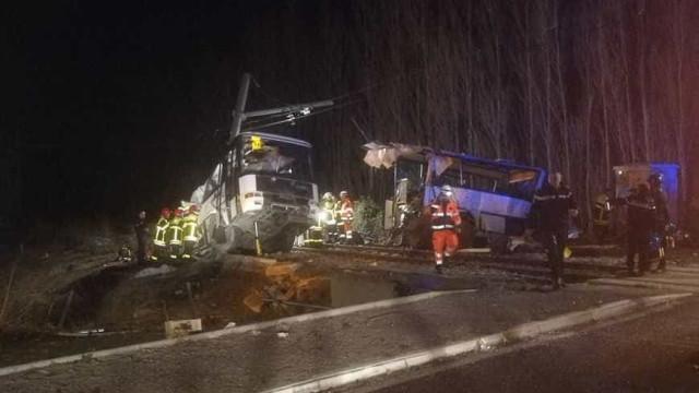 França: Autocarro escolar abalroado por comboio. Há vítimas mortais