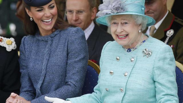 O presente (feito à mão) que Kate Middleton ofereceu à rainha