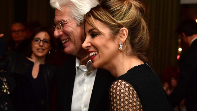 Richard Gere noivo? Namorada 34 anos mais nova usa 'anel suspeito'