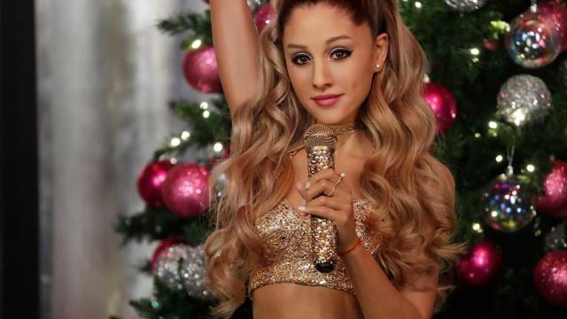 Ariana Grande tapa tatuagem feita em homenagem ao ex-noivo