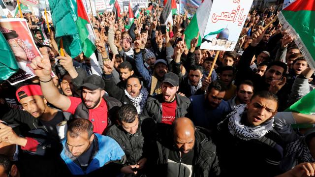 Mais de 10 mil jordanos manifestam-se contra decisão de Trump