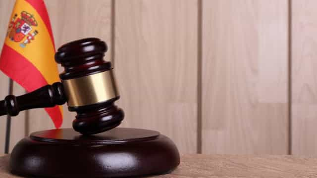 Tribunal espanhol entrega menina a pai acusado pela mãe de a violar