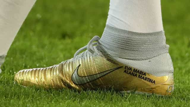 Ronaldo estreia chuteira de ouro com selo familiar