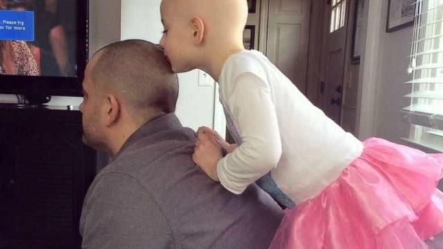 Pai rapa cabelo para que filha com doença se sinta amada