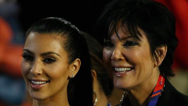 Kris Jenner cai a jogar basebol contra Kim Kardashian