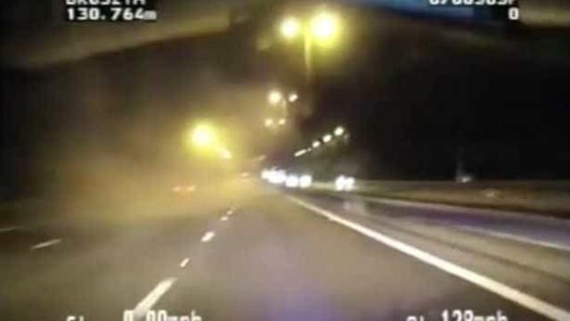 Traficante deita sacos de heroína pela janela em perseguição a 214 km/h