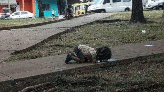 Imagem de menina na Argentina a beber água do chão choca o mundo