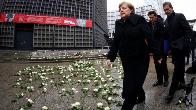 """Merkel admite """"erros"""" ao assinalar um ano sobre atentado em Berlim"""