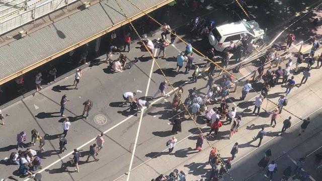 """Carro atropela multidão em Melbourne. Polícia fala em """"ato deliberado"""""""