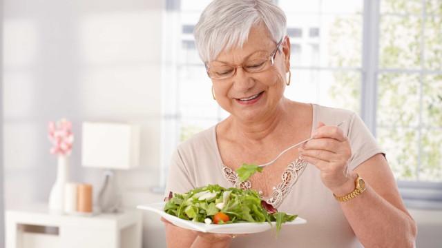 Comer mais vegetais pode ajudar a travar a demência