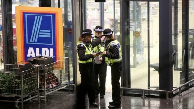 Mulher esfaqueada no supermercado Aldi. Óbito foi confirmado no local