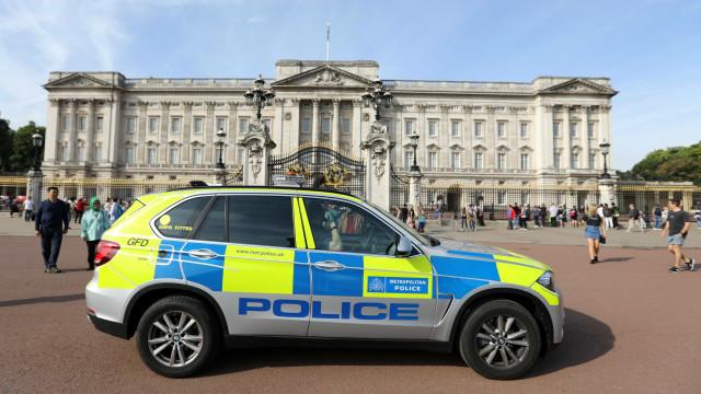 Veículo suspeito corta trânsito junto ao Palácio de Buckingham