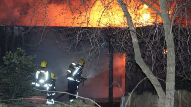 Cerca de 70 bombeiros combatem chamas em café no Zoo de Londres