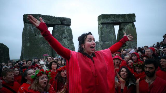 Eis como se celebra o solstício de inverno em Stonehenge
