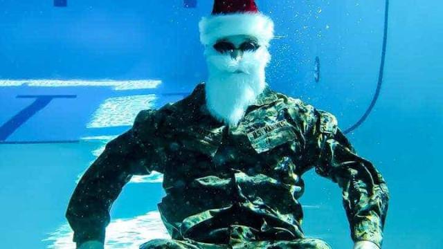 Marines vestidos de Pai Natal fazem sessão fotográfica debaixo de água