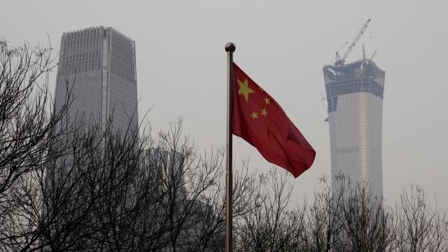 Pelo menos sete mortos em queda de minibus no mar na China