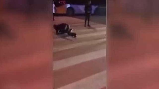 Funcionários rastejam na rua por não terem alcançado metas de Natal