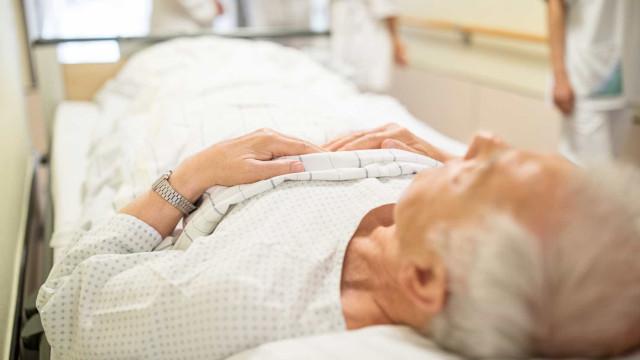 """Idosa espera 11h para ser atendida. Hospital diz que """"é normal"""""""