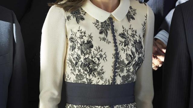 Rainha Letizia esbanja elegância com vestido floral