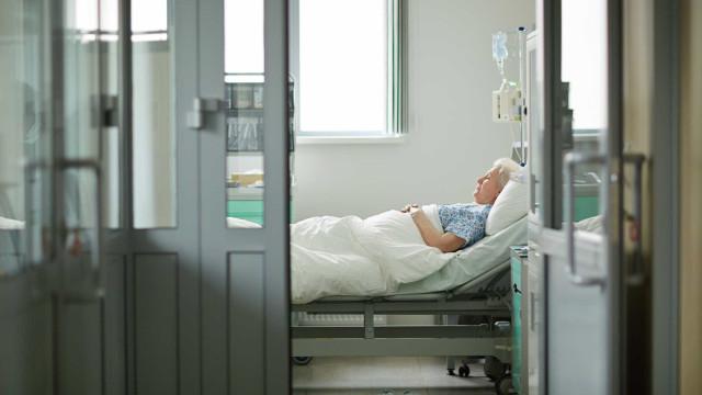 Mulher morre esquecida nas urgências do hospital
