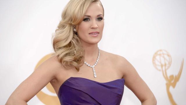 Após acidente, Carrie Underwood não consegue aceitar cicatriz no rosto