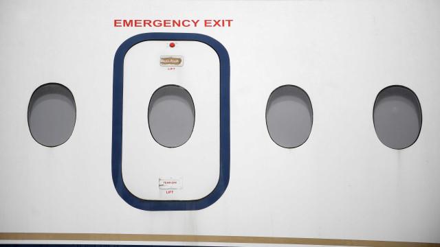Passageiro fartou-se de esperar, abriu porta de emergência e... saiu
