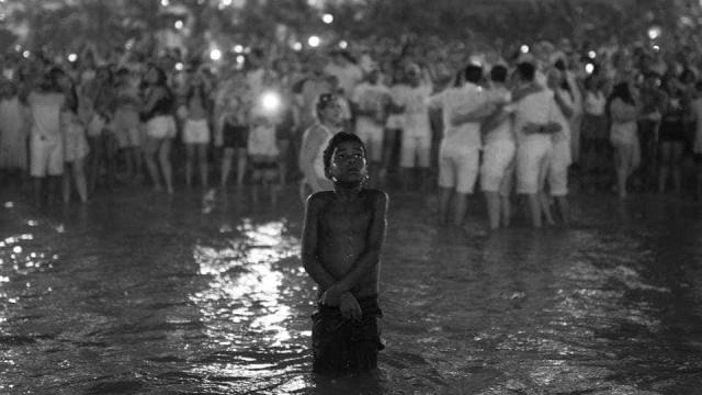 Passagem de ano: Menino em fotografia cria polémica devido à cor de pele