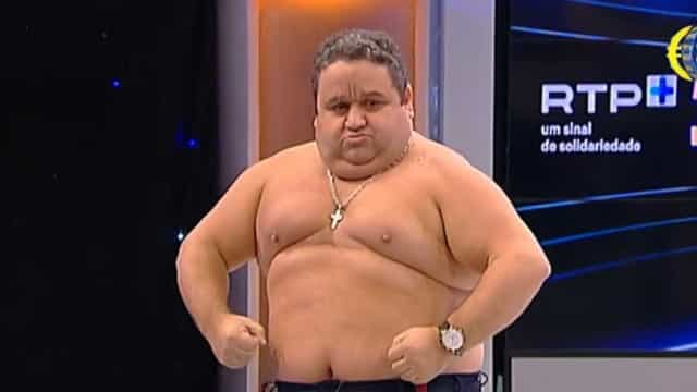 Vídeo: Fernando Mendes fica em tronco nu em pleno programa