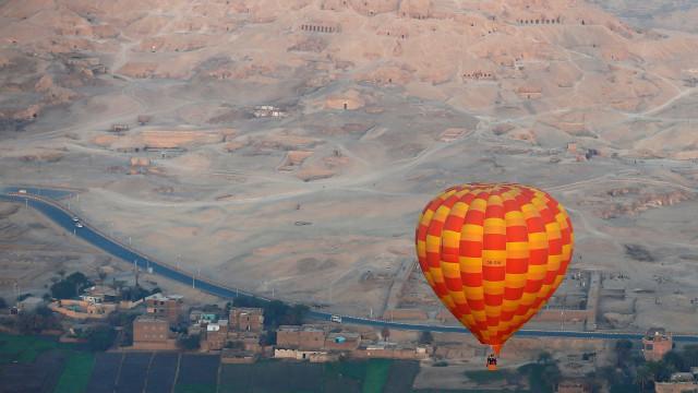 Pelo menos um turista morto e sete feridos em queda de balão no Egito