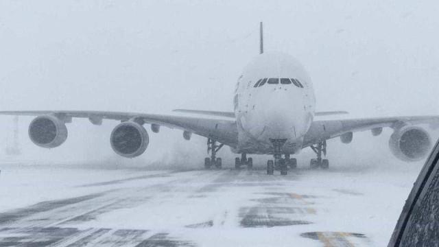 Maior avião de passageiros do mundo forçado a aterrar em aeroporto local