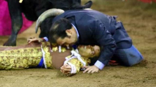 Irmão de toureiro salta para arena para o proteger de um touro